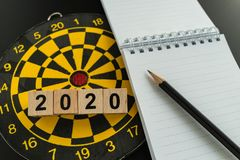 Obiettivo di affari o concetto di scopi con 2020 blocchi di legno con la penna Fotografia Stock Libera da Diritti