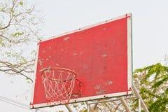 Obiettivo di legno rosso di pallacanestro Fotografia Stock Libera da Diritti