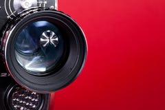 Obiettivo di macchina fotografica su colore rosso fotografia stock libera da diritti