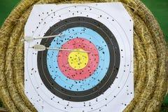 Obiettivo di tiro all'arco con le frecce Fotografie Stock Libere da Diritti