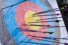 Obiettivo di tiro con l'arco con le frecce su  Sfera differente 3d Fotografia Stock