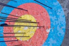 Obiettivo di tiro con l'arco con le frecce su  Sfera differente 3d Fotografie Stock Libere da Diritti