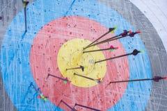 Obiettivo di tiro con l'arco con le frecce su  Sfera differente 3d Fotografie Stock