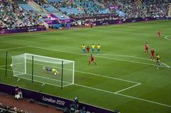 Obiettivo olimpico del DOS Santos di Giovani di gioco del calcio del Messico Immagine Stock