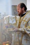 Obispo Ambrose (Muntyanu) Neftekamsk y Bisrk durante la liturgia Fotografía de archivo