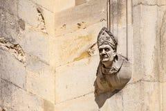 Obispo en la pared foto de archivo