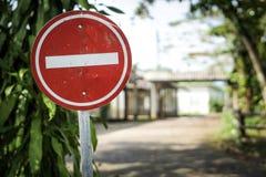 objazdy wskazówkę czerwonych stopu wstążek ostro znak ruchu drewna obrazy royalty free