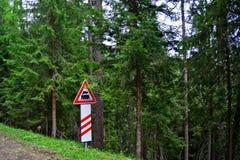 objazdy wskazówkę czerwonych stopu wstążek ostro znak ruchu drewna Zdjęcie Royalty Free