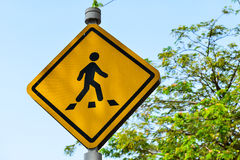 objazdy wskazówkę czerwonych stopu wstążek ostro znak ruchu drewna Zdjęcia Stock