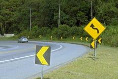 objazdy wskazówkę czerwonych stopu wstążek ostro znak ruchu drewna Zdjęcia Royalty Free
