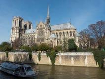 Objeżdża łódź i Notre Damae katedrę w mieście Paryski Francja Fotografia Stock