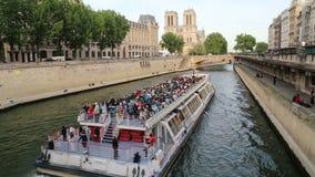 Objeżdża łódź i Notre Damae w Paryż, Francja zbiory