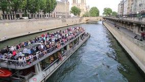 Objeżdża łódź i Notre Damae w Paryż, Francja zbiory wideo