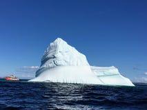 Objeżdża łódkowatego viewing masywną górę lodowa z wybrzeża Twinlingate, obraz stock