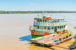 Objeżdża łodzie na bankach madery rzeka obraz royalty free