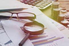 objectez, papier de graphique, loupe et calculatrice sur la table, concept à la banque de finances, de compte et de capital image stock