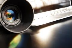 Objectif de caméra photographique avec l'ordinateur portable Photographie stock