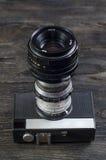 Objectifs de caméra sur un fond en bois images libres de droits