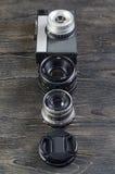 Objectifs de caméra sur un fond en bois photographie stock libre de droits