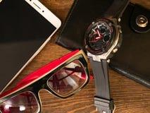Objekt av dagligt bruk börs mobiltelefonen för klockaexponeringsglas Arkivfoton