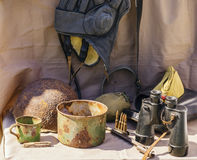 Objekt av det stora patriotiska kriget Hjälm hörlurar med mikrofon, kastare, exponeringsglas, kopp, fältlock, kantin, ammunition Royaltyfri Foto