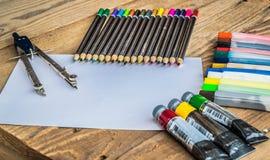 Objekt för att dra och att måla, färgpennor, tempera, färgpennor, kompass Fotografering för Bildbyråer