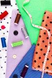 Objekt för att sy kläder Sy knappar, rullar av tråden och torkduken Top beskådar Royaltyfri Foto