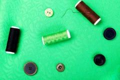 Objekt för att sy kläder Sy knappar, rullar av tråden och torkduken Top beskådar Royaltyfria Bilder