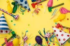 Objekt för födelsedagparti på en gul bakgrund royaltyfria foton