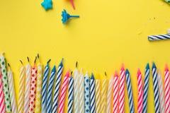 Objekt för födelsedagparti på en gul bakgrund arkivbild