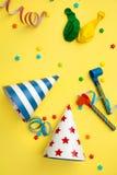 Objekt för födelsedagparti på en gul bakgrund royaltyfri bild