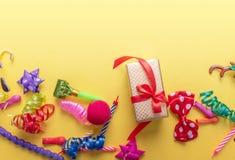 Objekt för karneval på gul bakgrund arkivfoton