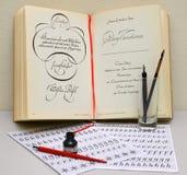 Objekt för ockupation en kalligrafi mot bakgrunden av boken på calligraphical konst arkivbilder