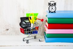 Objekt för skola i en shoppingvagn Royaltyfria Bilder