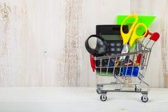 Objekt för skola i en shoppingvagn Fotografering för Bildbyråer