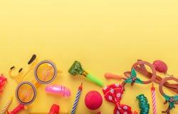 Objekt f?r karneval p? gul bakgrund arkivbild