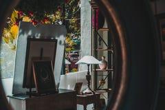 Objekt i ett lager i Phnom Penh, Cambodja till och med en spegelreflexion arkivbild