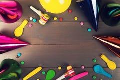 objekt och tillbehör för födelsedagparti på grå träbakgrund arkivbilder