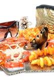 Objekt på vita bakgrundskvinnatillbehör och juvelerareprydnader - bärnstenpärlor, hårnålar, solglasögon, spegel fotografering för bildbyråer