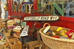 Objekt som är till salu ut på trottoaren på den Portobello vägen i London, England Royaltyfria Foton