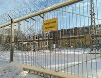 Objektet av stads- maktraster bak staketet med taggtråd fotografering för bildbyråer