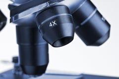 Objektiv des Mikroskops lizenzfreie stockbilder
