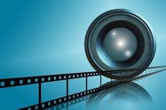 Objektiv- u. Filmstreifen auf blauem Hintergrund Stockfotos