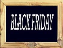 objet Cadre en bois avec le fond noir et l'inscription Black Friday, tableau noir ou conseil pédagogique sur le blanc illustration stock