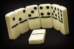 Objet d'isolement par figurines de domino photographie stock libre de droits