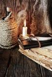Objet de pirate sur la table en bois Image libre de droits