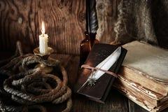 Objet de pirate sur la table en bois Images stock