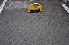 Objet de route de stationnement interdit avec la couleur jaune Images stock
