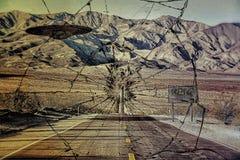 Objet de vol non identifié sur une route de désert Photo stock