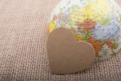 Objet en forme de coeur par un globe modèle Image libre de droits